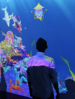 sketch aquarium karya teamLab tahun 2013 sebagai instalasi digital interaktif