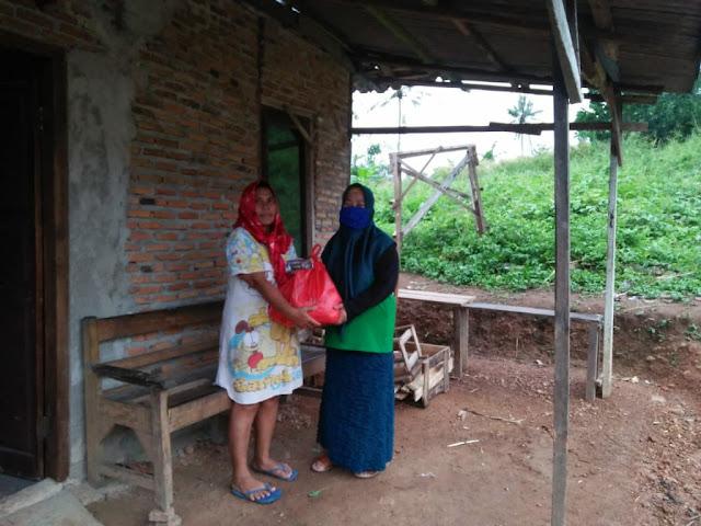 Korp Alumni HMI (KAHMI) dan Forum Alumni HMI-Wati (Forhati) Wilayah Lampung, Bagikan bingkisan sembako Kepada tukang becak, pemulung dan kaum dhuafa
