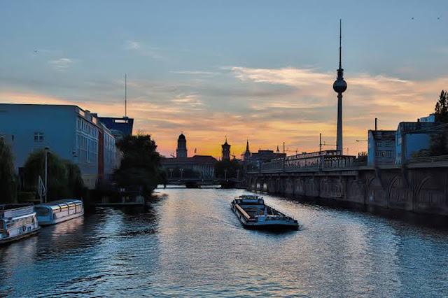 Pôr do sol no passeio de barco ao anoitecer em Berlim