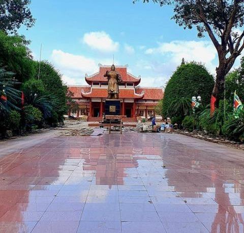 Đá granite ở bảo tàng Quang trung có độ bóng, dễ lau chùi nhưng trơn trượt khi gặp nước, vì thế không nên sử dụng.