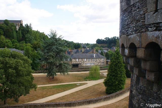 Vista del parco sotto il castello di Fougeres