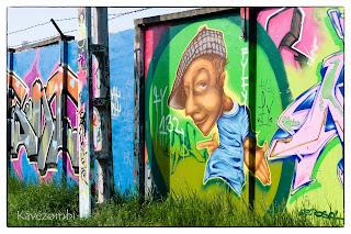 sapkás alak és zöld kör graffiti Szegeden a körtöltésen