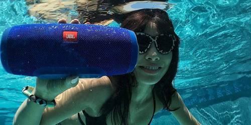 A Charge 3 é uma caixa de som Bluetooth da JBL disponível no varejo online por preços a partir de R$ 649