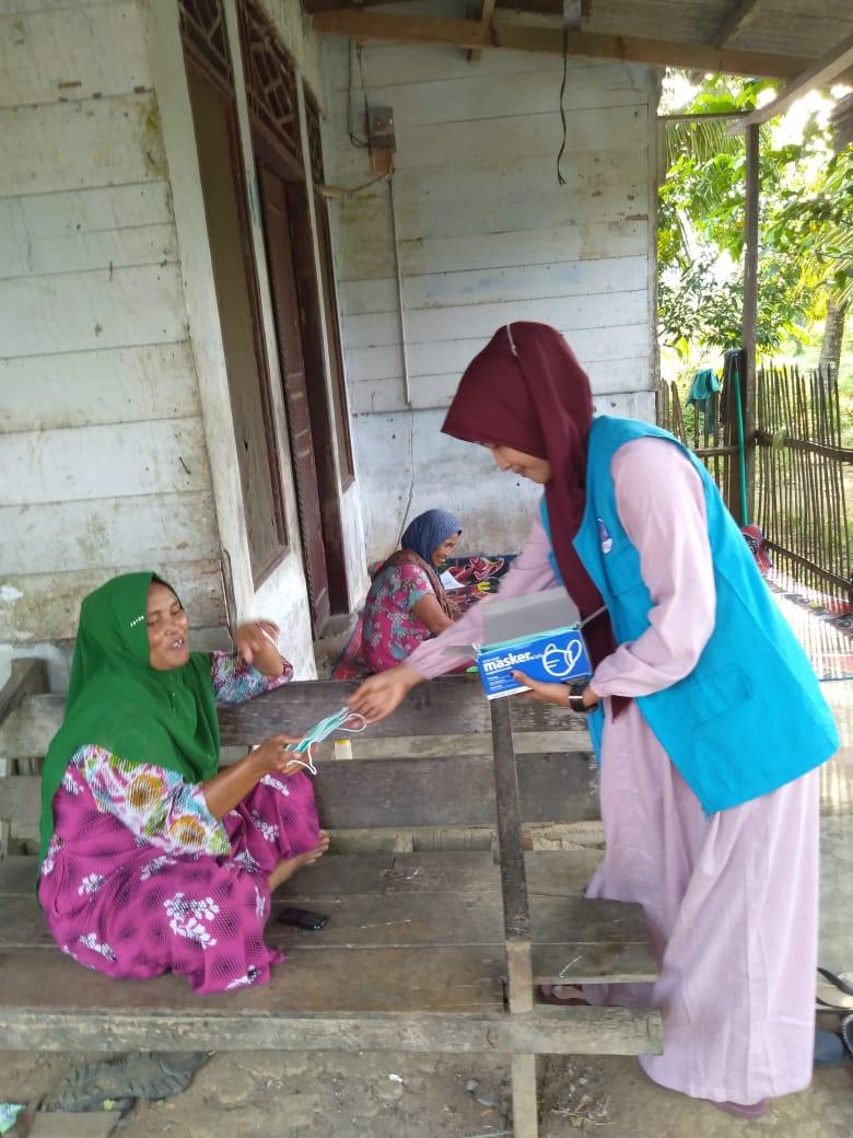 Lembaga Peduli Dhuafa (LPD) Aceh Utara Bagikan Masker Ke Perkampungan sambil Sosialisasi Bahaya Asap Bagi Kesehatan