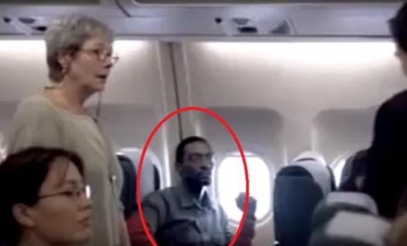 رفضت هذه المرأة ان تجلس بجانبه.. ما فعله المضيف معها اصابها بالندم! ضع العنصرية في مكانها المناسب!