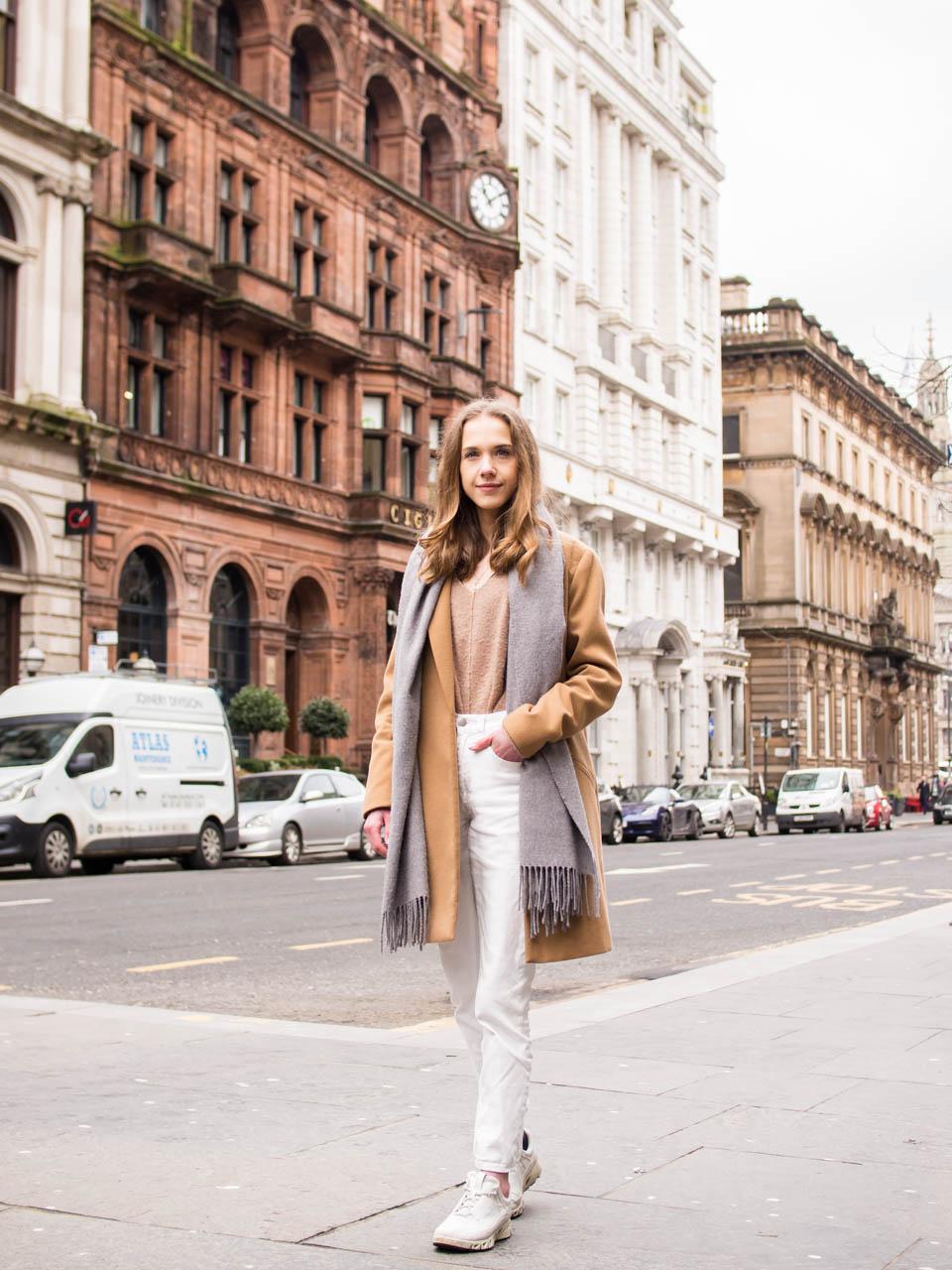 Neutraali asuinspiraatio: valkoiset farkut, beige neule ja kamelitakki // Neutral outfit: white jeans, beige knit and camel coat
