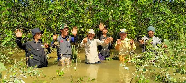 Kegiatan Poktan Nipah merehebilitasi areal Perhutanan Sosial dan bukti setor pajak Poktan Nipah