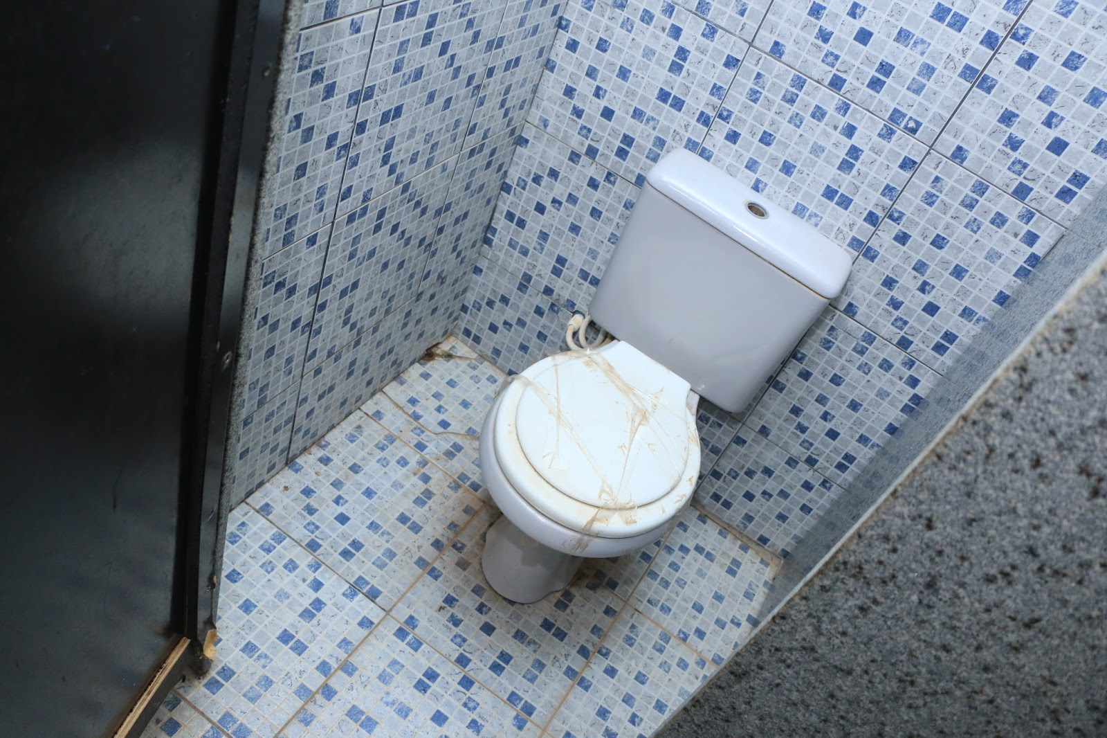 Banheiro feminino da sala dos professores foi adaptado para o aluno  #3F5A8C 1600x1066 Banheiro Adaptado Cadeirante