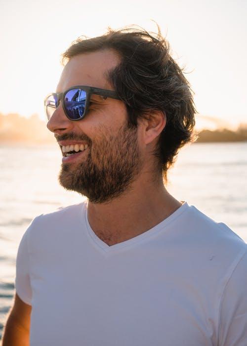 мъжете са щастливи и могат да ходят с бяла  тениска