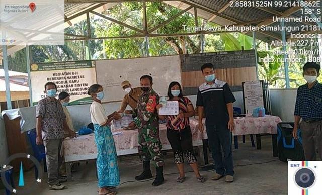 Pembagian BLT-DD Diwilayah Binaan Turut Serta Didampingi Personel Jajaran Kodim 0207/Simalungun