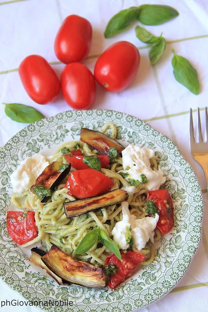 Tagliolini di kamut al basilico con burrata e pomodorini