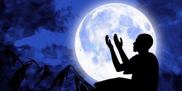 gambar orang berdoa di malam hari ramadhan