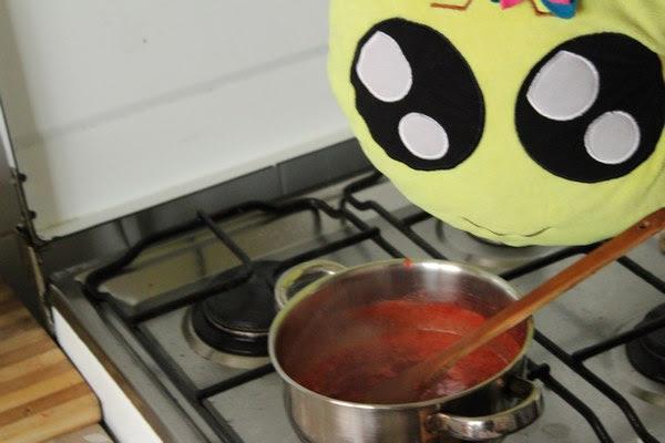 Cocinando la papilla de fresas y limón para el relleno del pastel