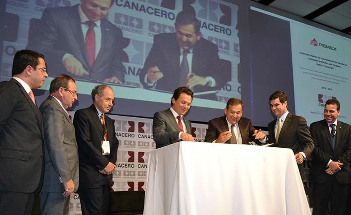 Empresarios de la industria siderúrgica con el titular de Pemex, Emilio Lozaya, en uno de los congresos de Canacero. (Foto: VI)