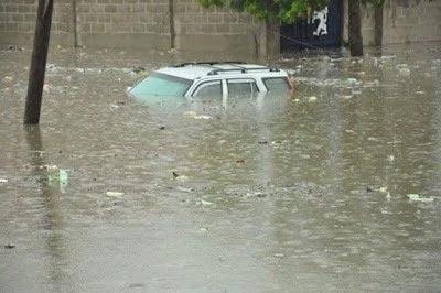 Photos: Flood sawllows vehicles on Kano Street during rainfall