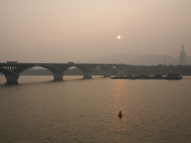 ship approaching Juzizhou Bridge (橘子洲大桥) in Changsha