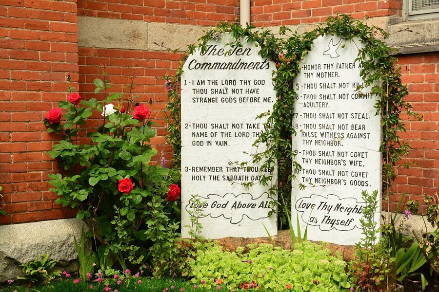 snackenglish, english, ingles, aprende, commandments, bible, stone, tablets