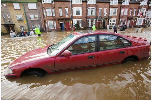 beberapa daerah di Indonesia mengalami bencana banjir yang begitu besar Langkah - Langkah Yang Harus Dilakukan Saat Mobil Mengalami Kerusakan Akibat Banjir