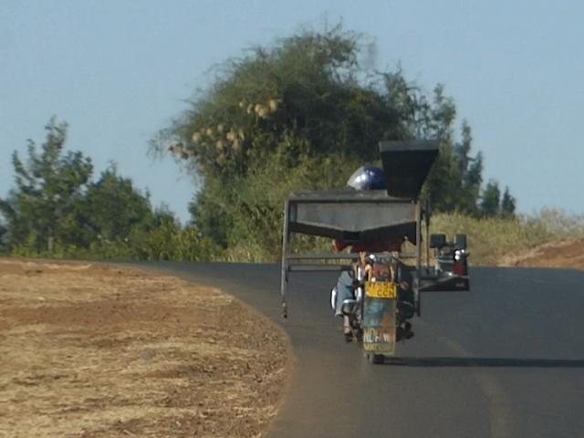 África, En una moto se puede transportar de todo