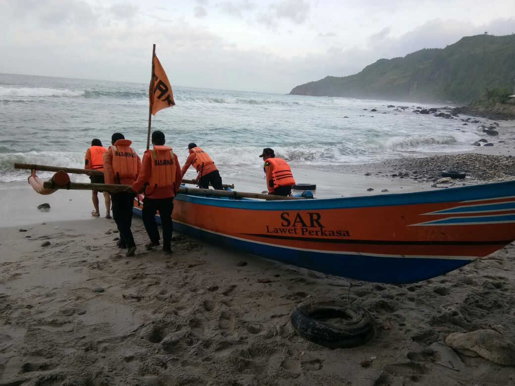 Nelayan Cilacap Hilang Digulung Ombak Pantai Logending