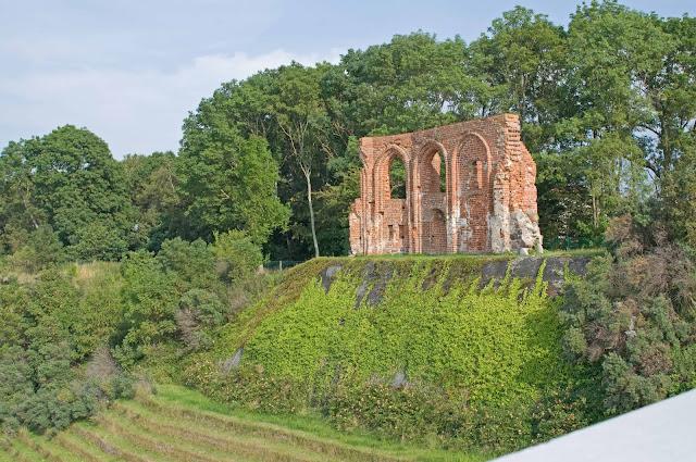 ściana południowa w Trzęsaczu, pozostałe mury budowli
