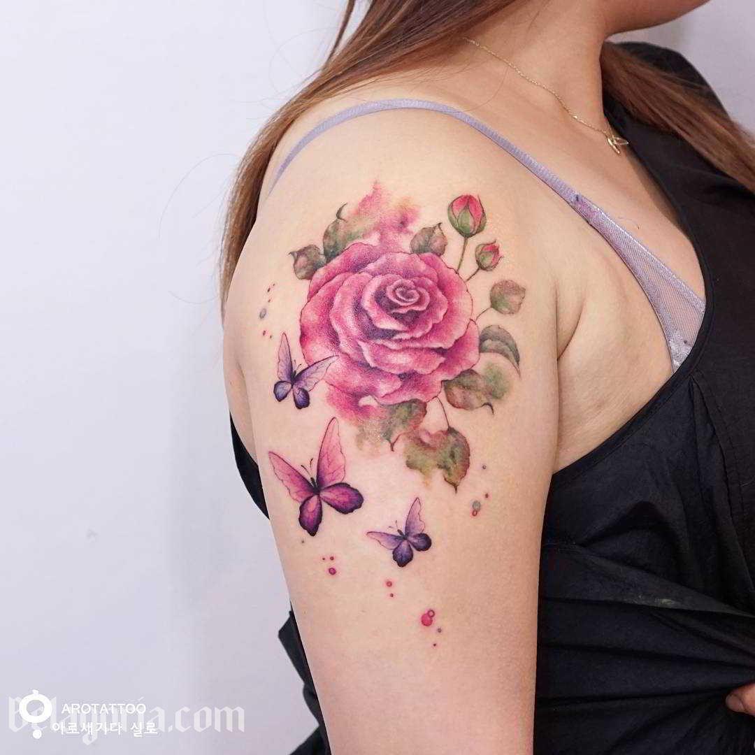 Vemos a una mujer con un precioso tatuaje de mariposa