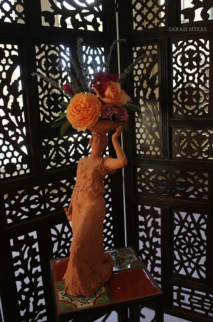 sculpture, art, flowers, flower, sarah, myers, escultura, arte, flores, home, interior, casa, house, screen, tiles, bright, roses, rosas, lavender, bougainvillea, interiores, desert, terracotta, contemporary, figurative, woman, bowl, living, real, decor, deco