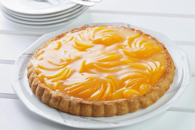 Régimódi krémes, barackos gyümölcstorta omlós piskótával: megunhatatlan desszert
