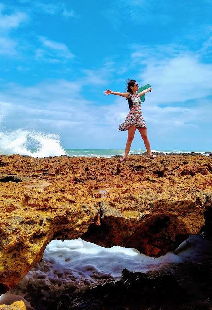 Em cima dos corais na Praia Coqueirinhos, em Conde, Paraíba.