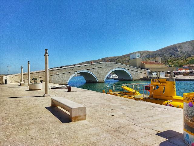 Most Katine łączy starówkę z magazynami soli, którą pozyskuje się na wyspie