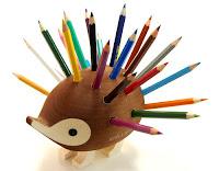 Sırtına saplanmış bir sürü renkli kalem olan ahşap kirpi kalemlik
