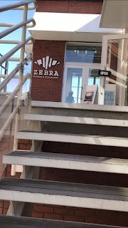 ゼブラカフェ横浜は二階です。
