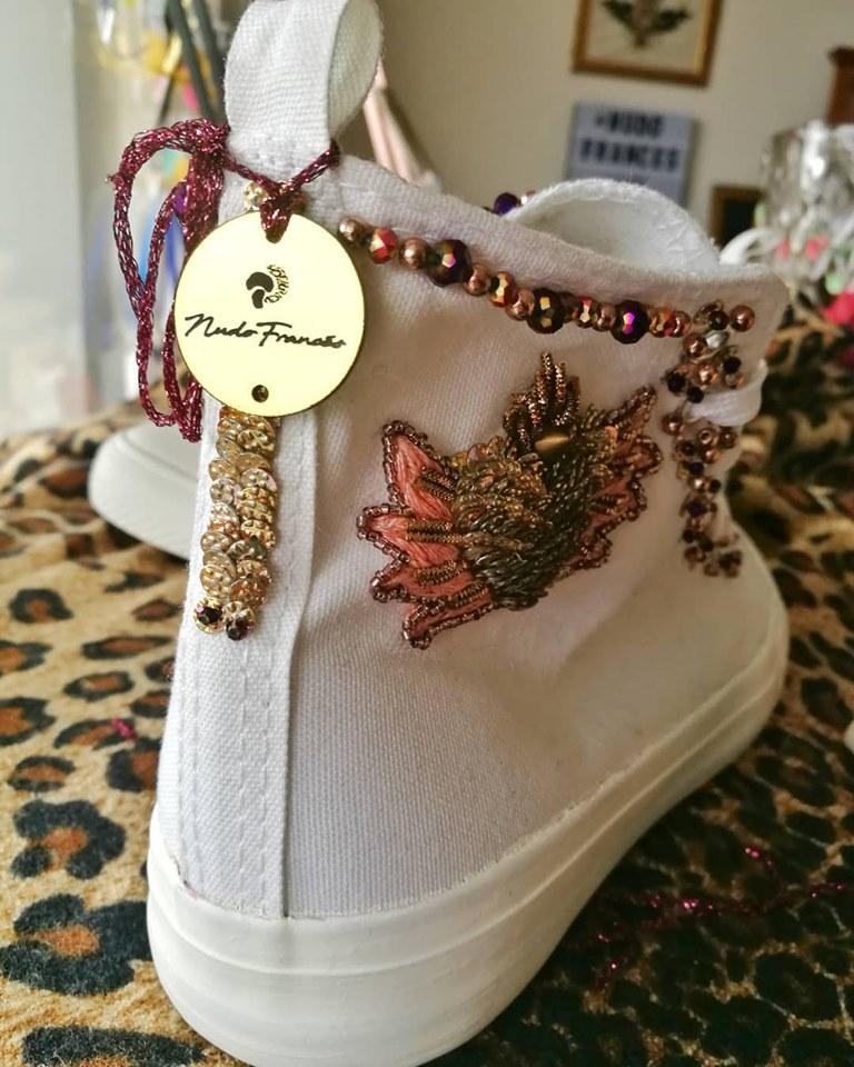 aplicación de bordado y pedrería en zapatillas blancas