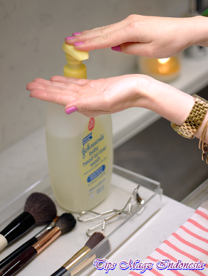 sampo bayi untuk membersihkan kuas make up