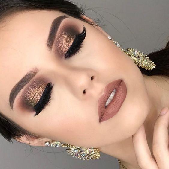 Maquiagens para usar a noite geralmente são bem mais cheias de detalhes e glitter. Separei 5 opções de makes lindas com brilho para você se inspirar e arrasar a noite.