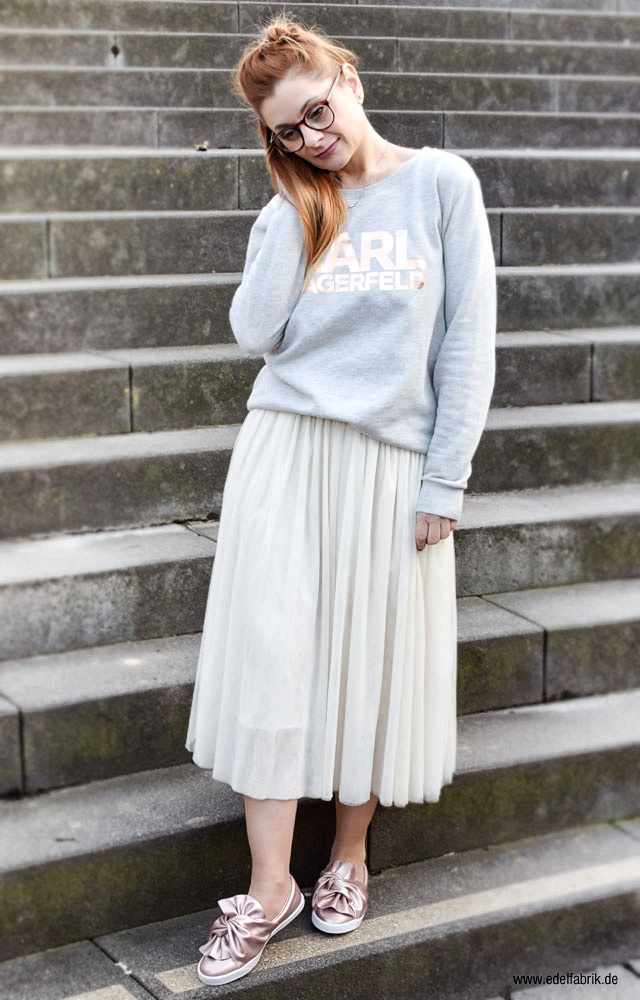 cremefarbener Tüllrock, hellgrauer Sweater, Karl Lagerfeld, flache Schuhe mit Schleifen
