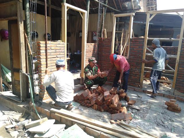 Babinsa Blimbing Gotong Royong Bangun Rumah Warga