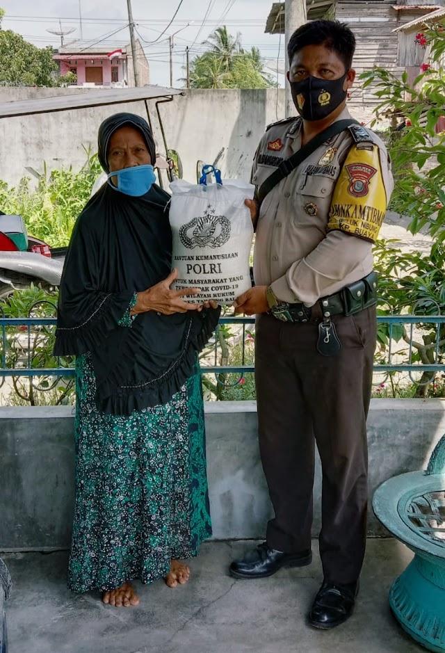 Bhabinkamtibmas Kelurahan Kapias Pulau Buaya/Beting Kuala Kapias Salurkan Bansos Polri Dan Sampaikan Protokoler Kesehatan Kepada Warga