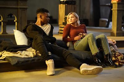 Aubrey Joseph e Olivia Hold em cena de Cloak & Dagger - Divulgação