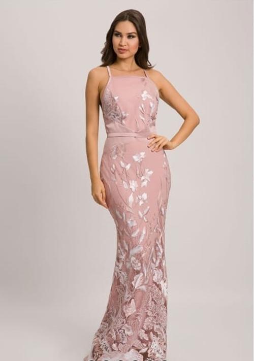 vestido de festa longo rosa rendado para madrinha de casamento durante o dia