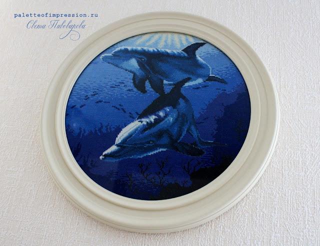 Дельфины Вышивка с дельфинами Дельфины, вышитые крестиком RTO Дельфинарий в Набережных Челнах отзывы Блог Вся палитра впечатлений Дельфины в морской глубине с оформление в круглую раму