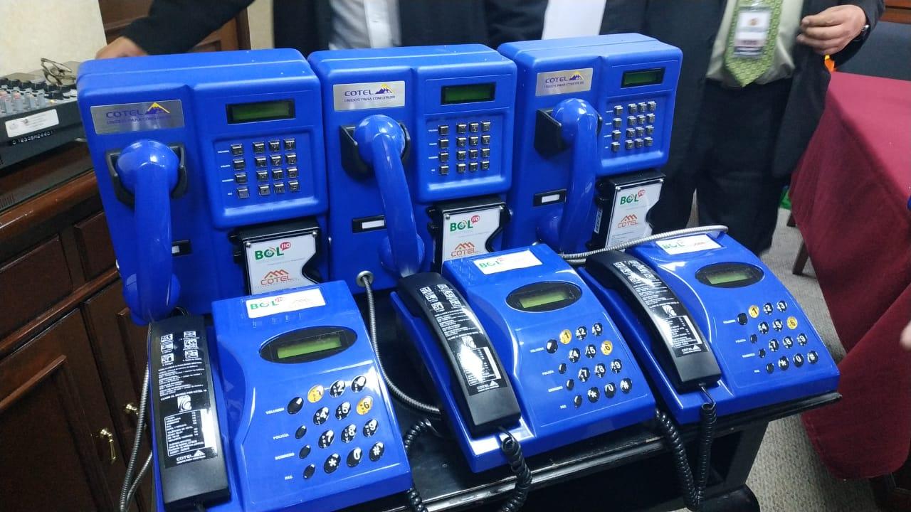 Aparatos telefónicos como aporte de COTEL para el programa BOL-110 / ÁNGEL SALAZAR