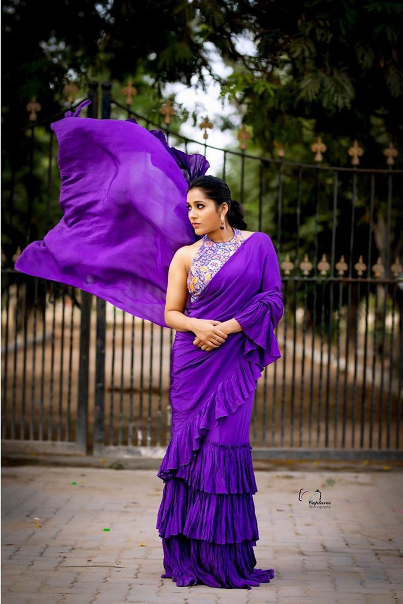 Anchor Rashmi Gautam Stunning Photoshoot In Violet Saree