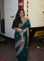 Vidya Balan looks super cute in Saree 007.jpg