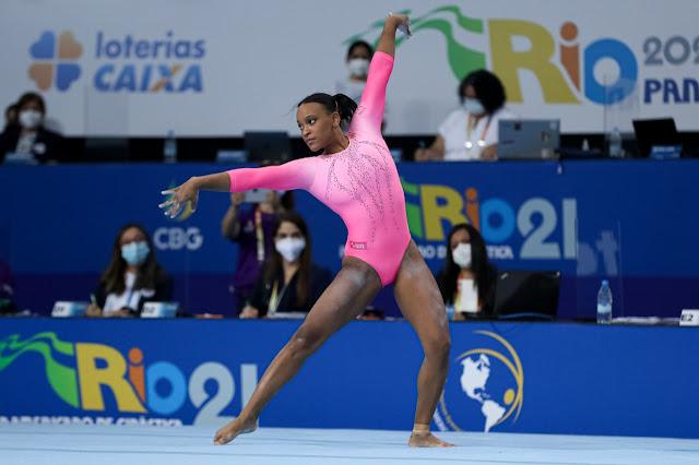 Ginasta Rebeca Andrade do Brasil compete no solo ao som de Baile de Favela