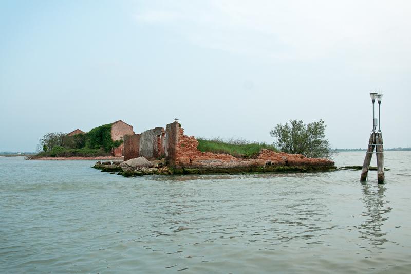 Vue d'une maison en ruines sur un îlot de la lagune de Venise