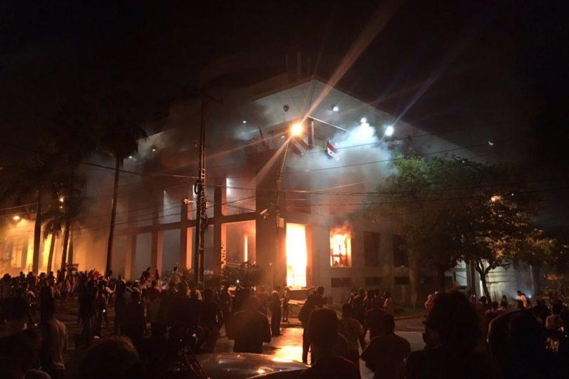 VIDEOS URGENTE | Manifestantes queman Congreso de #Paraguay en rechazo a reelección presidencial
