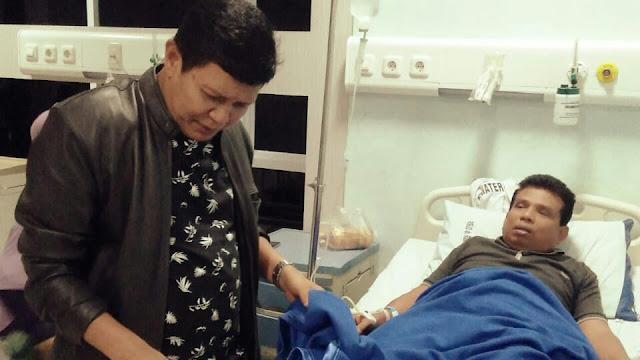 Ketua DPD LPM Kota Padang Bezuk Dasman Boy di RSUD Rasyidin