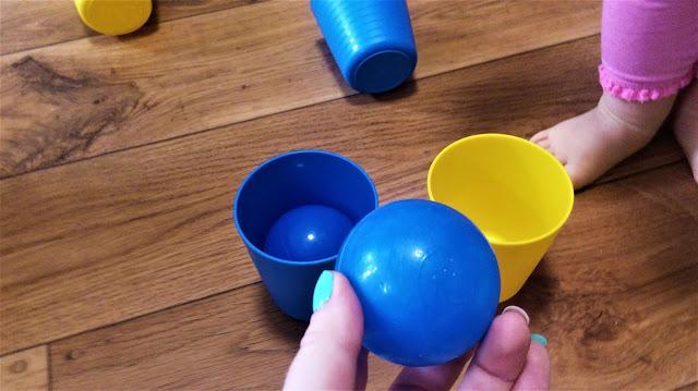 nauka kolorów dla dzieci, kubeczki do nauki kolorów i piłeczki