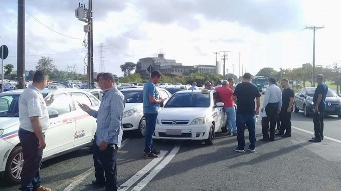 Taxistas fazem carreata e pedem regulamentação de transporte por aplicativo em Salvador